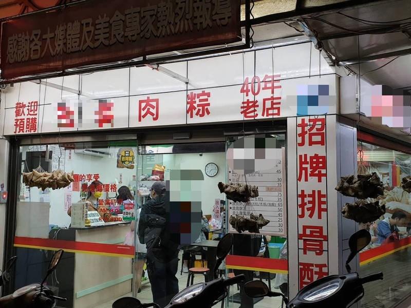 永和40年肉粽店業者的2歲兒子,右手食指遭捲入封膜機,第一指節不慎折斷,老闆娘陪男童前往台大醫院就醫。(記者闕敬倫攝)