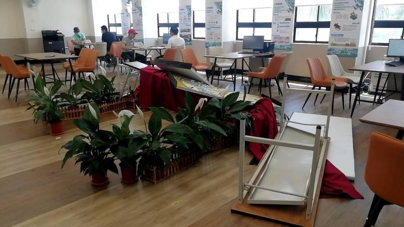 大林蒲服務中心被翻桌。(高雄市都發局提供)