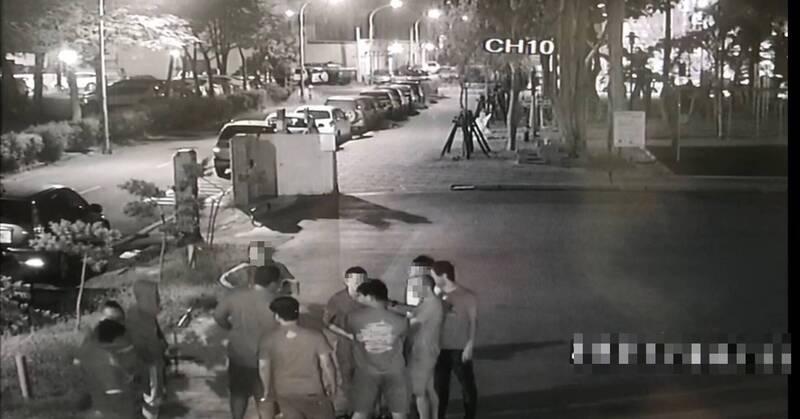 警方後續調閱相關監視器,確認雙方都沒有動手,在約制後讓雙方離開警所。(民眾提供)