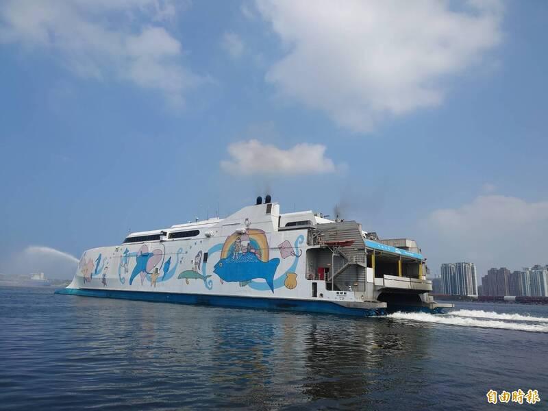 麗娜輪重啟台南安平與澎湖馬公「藍色公路」,每週三、五、日有固定往返航班。(記者洪瑞琴攝)