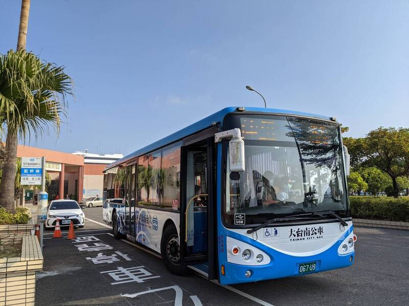配合麗娜輪船班時間,大台南藍幹線公車開進安平港旅客服務中心,方便旅客轉乘搭船。(南市交通局提供)