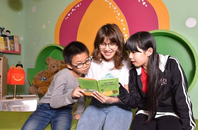 6成弱勢兒少缺乏閱讀資源,家扶攜手麥當勞推「共讀」雙語讀本。(台灣麥當勞提供)