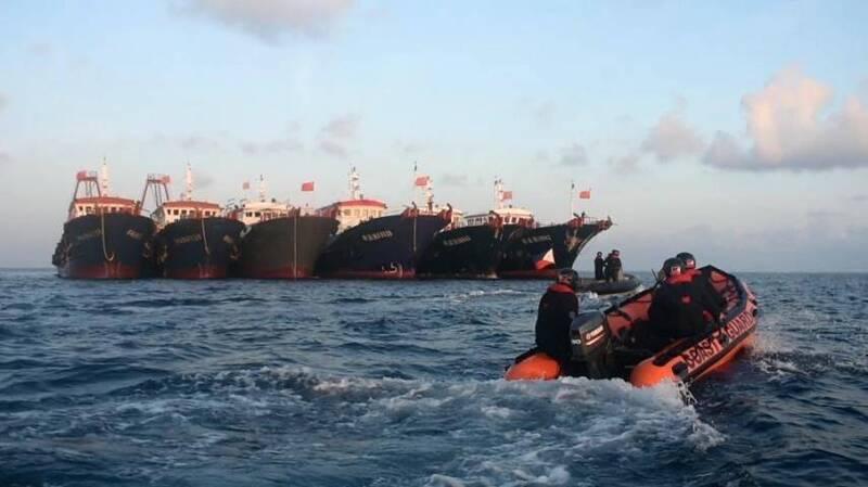 菲律賓海岸防衛隊(PCG)的小艇,監控集結在牛軛礁海域的中國海上民兵船。(歐新社)