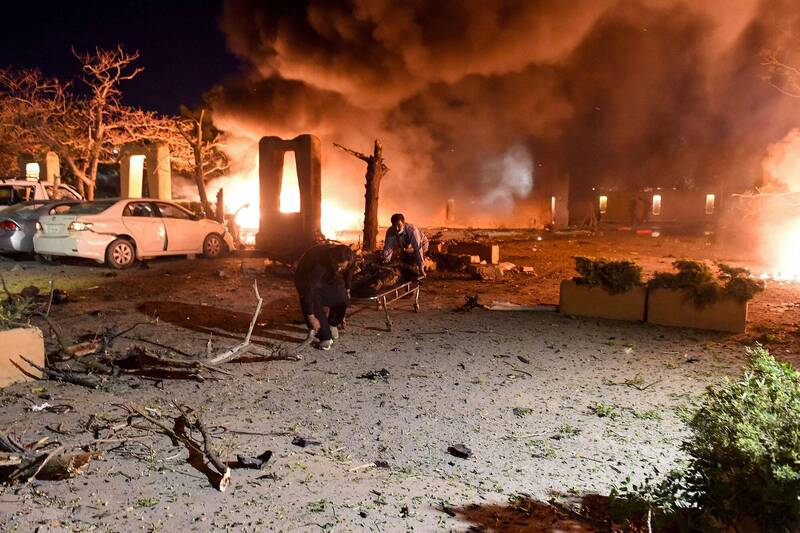 巴基斯坦西南部的一家頂級飯店21日晚間驚傳遭炸彈攻擊,死亡人數上升到5人。(法新社)