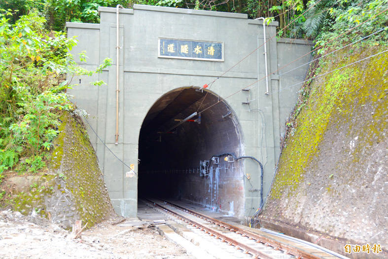 The entrance to the Cingshuei Tunnel, the site of the Taroko Express derailment, is pictured in Hualien County on Sunday. Photo: Wang Chin-yi, Taipei Times
