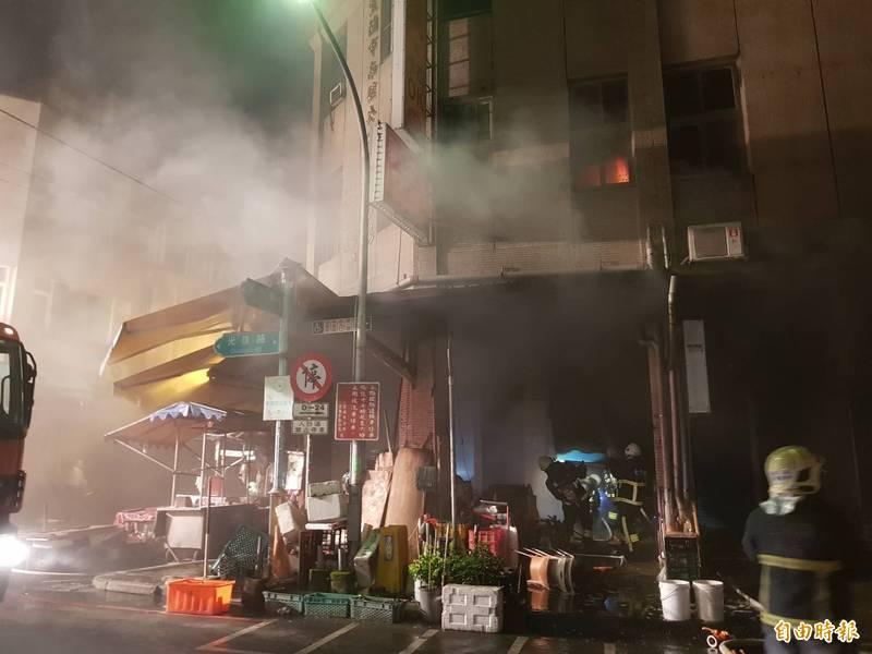 宜蘭市南館市場晚間傳火警。(記者游明金攝)