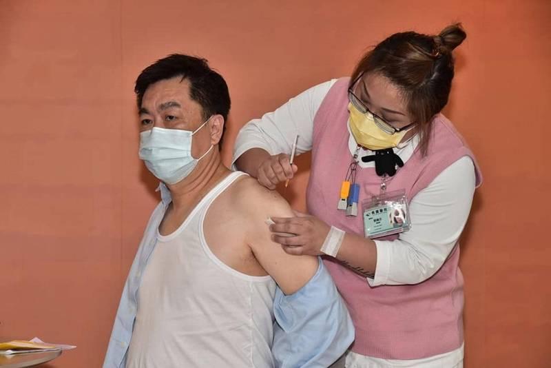民眾自費接種預約踴躍。圖為中央流行疫情指揮中心副指揮官、內政部次長陳宗彥日前接種疫苗。(指揮中心提供)