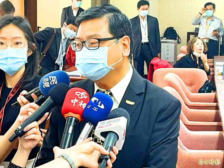 Tourism Bureau Director-General Chang Hsi-chung speaks to reporters in Taipei yesterday. Photo: Cheng Wei-chi, Taipei Times