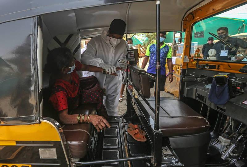 印度醫療體系面臨崩潰,武肺藥物「瑞德西韋」和「醫用氧氣」大缺,黑市以高於市價10倍販售。圖為印度孟買醫護人員正在照顧一名疑似武肺確診的病患。(示意圖,歐新社)