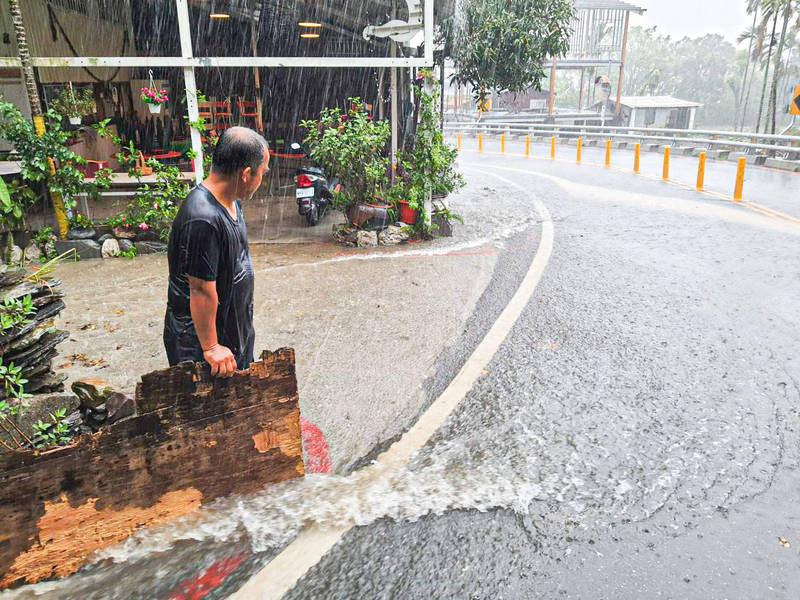 潘孟安在臉書貼出屏東的豪雨現況。(圖取自潘孟安臉書)