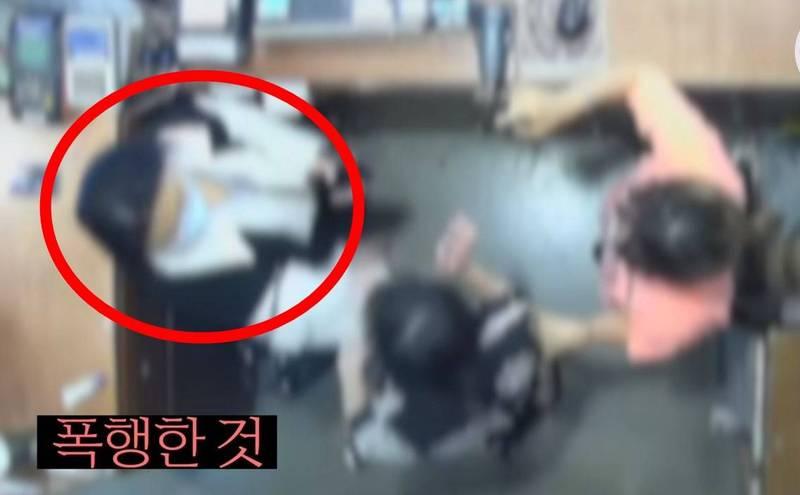 比利時駐南韓大使夫人相雪秋(紅圈處)日前在首爾龍山區逛街,遭店員誤以為偷竊,事後不接受店員道歉,大鬧服飾店,還推打、掌摑店員。(翻攝세계일보youtube頻道)