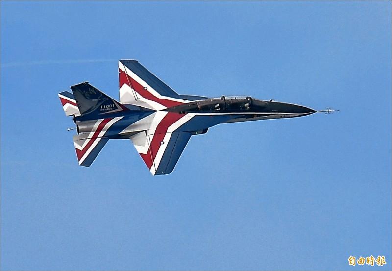 勇鷹高教機昨天降落志航基地前,特別繞飛二圈,展現優異的操控性能。(記者游太郎攝)