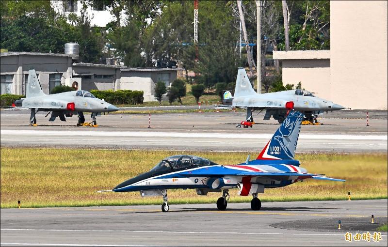 「勇鷹」高教機一號原型機進駐志航基地,滑行時正好與F-5E同框,傳承意味漕厚。(記者游太郎攝)