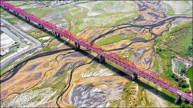 嘉義縣攝影師黃一盛用空拍機拍下西螺大橋與濁水溪形成的大地畫布。(黃一盛提供)