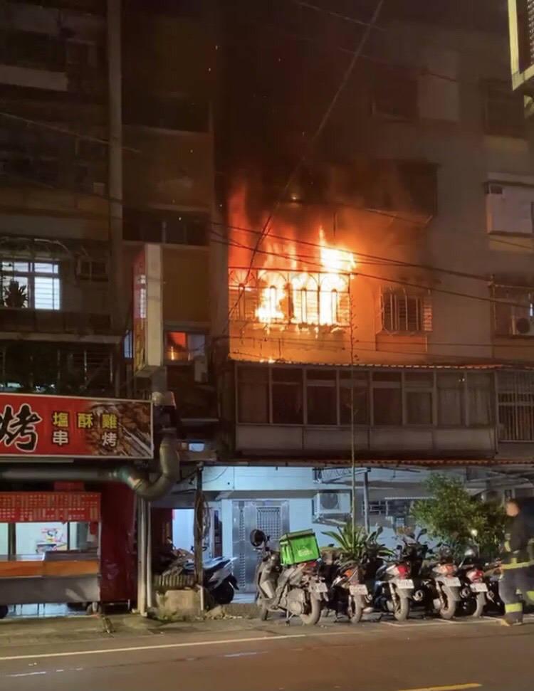 新北市中和區忠孝街公寓三樓今晨驚傳火警,屋主一家四口被火煙驚醒,立即下樓逃生,起火原因疑為手機充電釀禍。(記者闕敬倫翻攝)