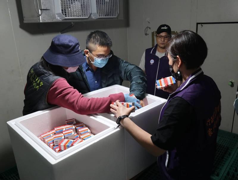 疫苗運抵後,台南、屏東防疫所今天早上6點立刻前來領取。(農委會提供)