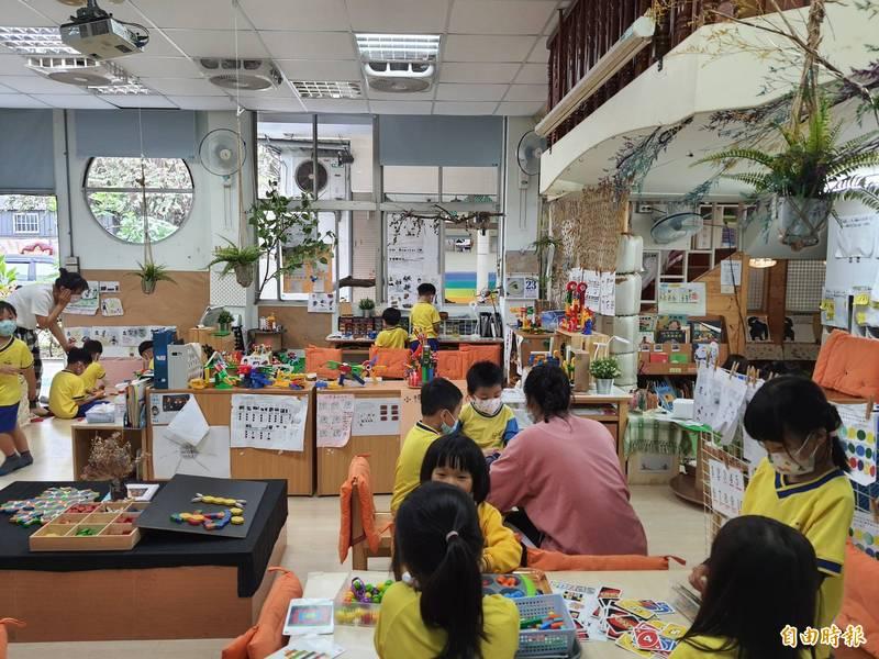 新竹市立幼兒園已有近百年歷史,建物老舊,市府也啟動重建工程,預計2023年完工。(記者洪美秀攝)