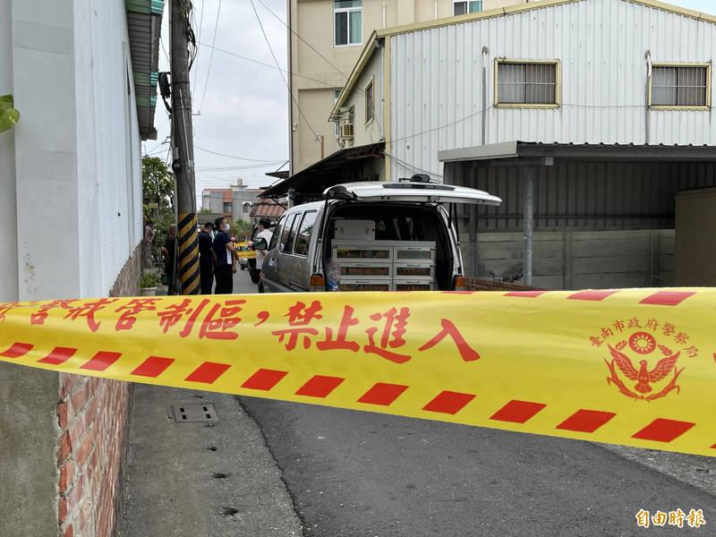 台南善化驚傳槍響,2人倒臥血泊中,警方目前封鎖現場採證。(記者萬于甄攝)