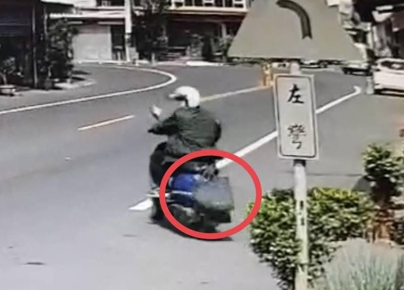 李姓婦人習慣用包包遮住車牌,但爛招太明顯,犯案後被警方鎖定。(警方提供)