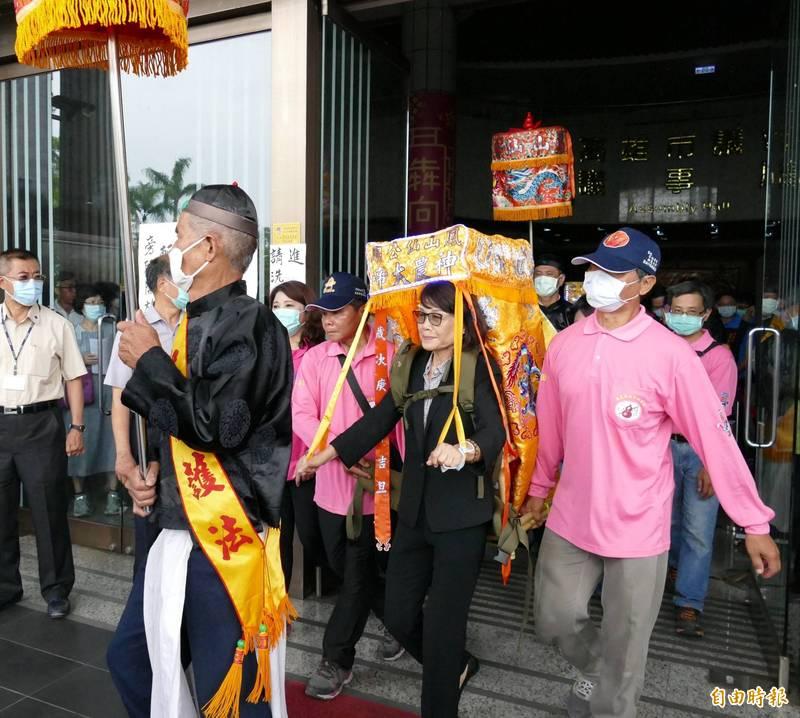 議長曾麗燕揹神農大帝進入市議會祈福,締造全國首次新紀錄。(記者陳文嬋攝)