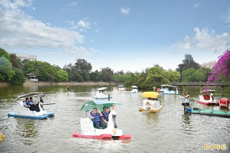 清華大學慶祝校慶,開放成功湖天鵝船划船體驗。(記者洪美秀攝)