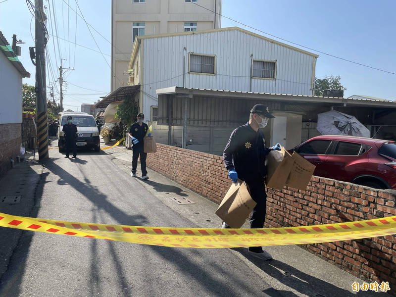 警方將現場證物帶回調查。(記者萬于甄攝)