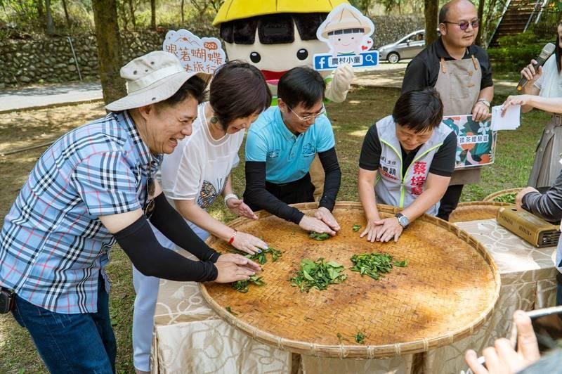 水保局攜手南投縣埔里、魚池、仁愛、水里、集集5鄉鎮,推出20條農村旅行路線,包含賞蝶、揉茶等體驗。(水保局提供)