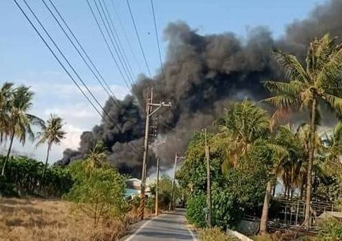 長治鄉資源回收場火警,濃煙密布。(讀者提供)