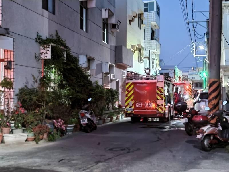 嘉義縣朴子市晚間火警,消防人員不到半小時撲滅火勢。(記者王善嬿攝)
