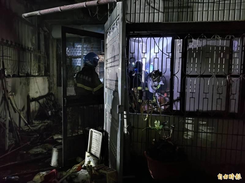 民宅1樓可見被火燒痕跡。(記者王善嬿攝)