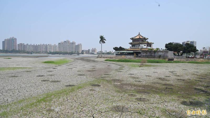 澄清湖旁的得月樓餐廳,前幾天乾涸到出現土壤龜裂。(資料照記者張忠義攝)