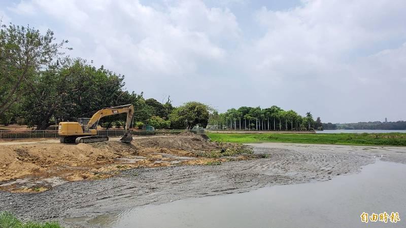 趁者水荒湖底乾涸,自來水第七區管理將會加強清淤力道,增加澄清湖的庫容量。(記者張忠義攝)