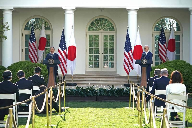 日本首相菅義偉(左)月中訪美,成為美國總統拜登(右)上任後,首位到訪的外國領袖,顯示2國關係穩固。(法新社)