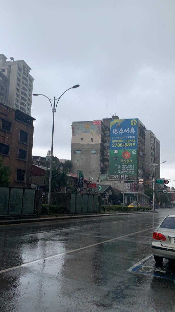 稍早1名北部地區網友PO文,喜說「終於下雨了」。 (圖擷取自《爆怨2公社》)
