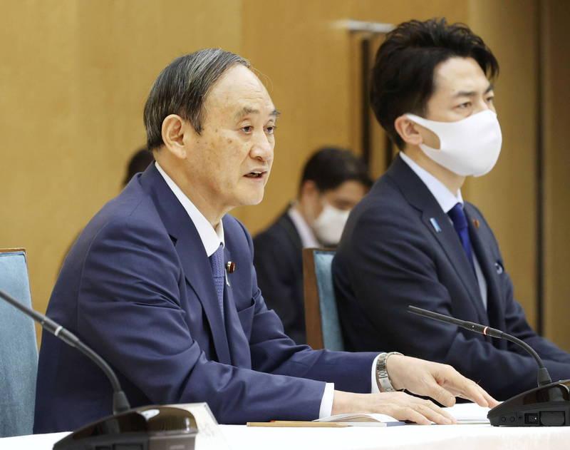 防黃金週疫情擴大,日本首相菅義偉(左)今天晚間發布第3度的「緊急事態宣言」,對象為東京、大阪、兵庫和京都等4都府縣,期限從本月25日到5月11日止。(路透)