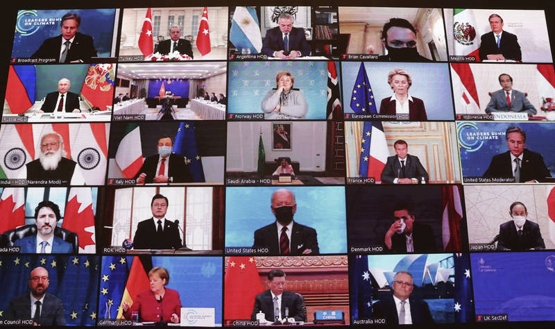 多國領導人視訊參與氣候峰會,也是美總統拜登(下二排中)與中國國家主席習近平(末排中)首度同框。(美聯社)