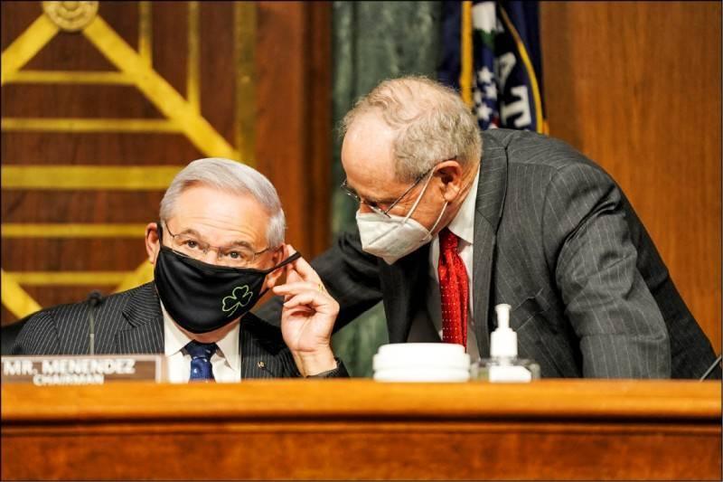 美國聯邦參議院外交關係委員會21日通過「2021戰略競爭法案」。圖為委員會主席、民主黨籍議員梅南德茲與共和黨籍首席議員里契。(法新社檔案照)