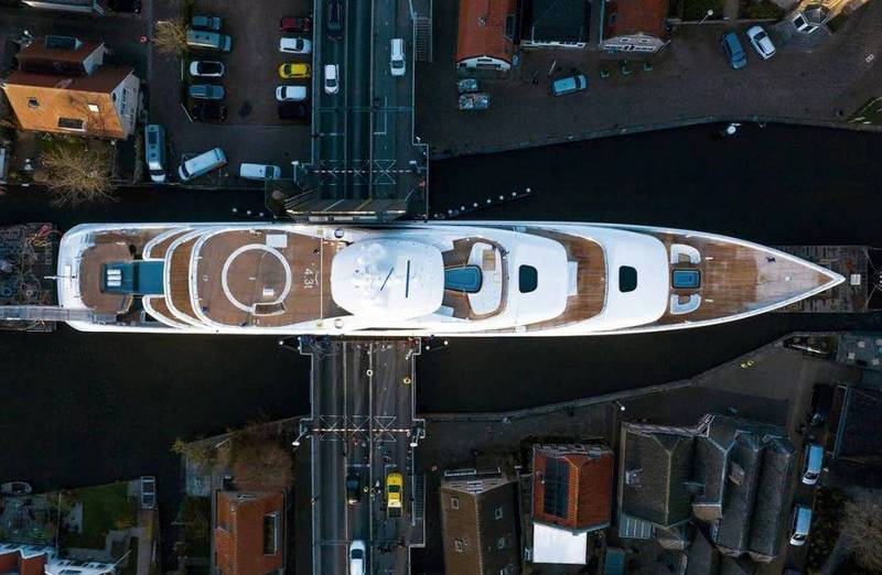 近日荷蘭一艘超大型豪華遊艇出廠,途經唯一必經的小運河時,攝影師捕捉到極限越橋畫面,讓眾人在讚歎之餘,不免捏了一把冷汗。(擷取自Tom van Oossanen@tomvanoossanen IG)