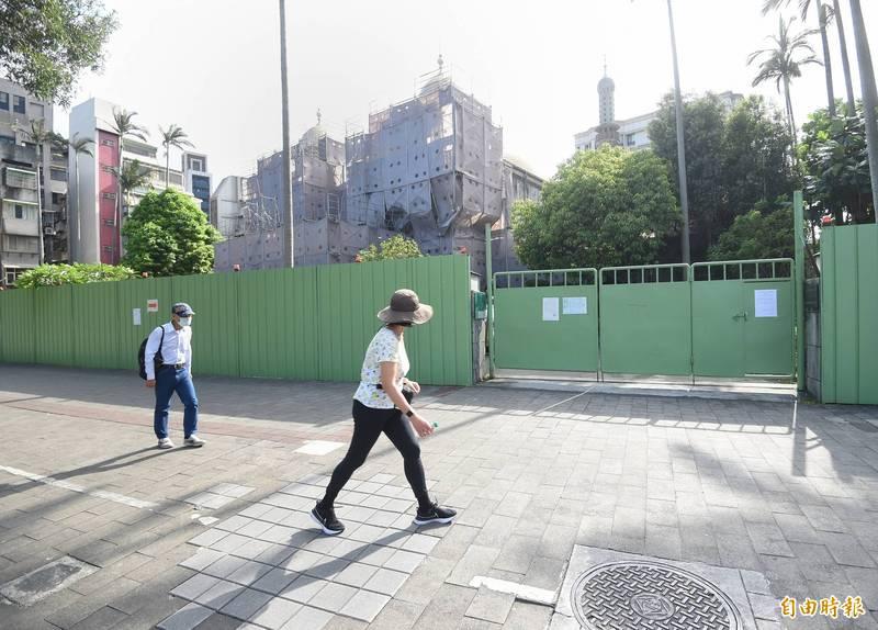 中央流行疫情指揮中心4月21日接獲華航通報,該公司1名印尼籍男性貨機機師染疫,23日通知機師活動史曾去過的台北清真寺停止聚會活動。(記者方賓照攝)