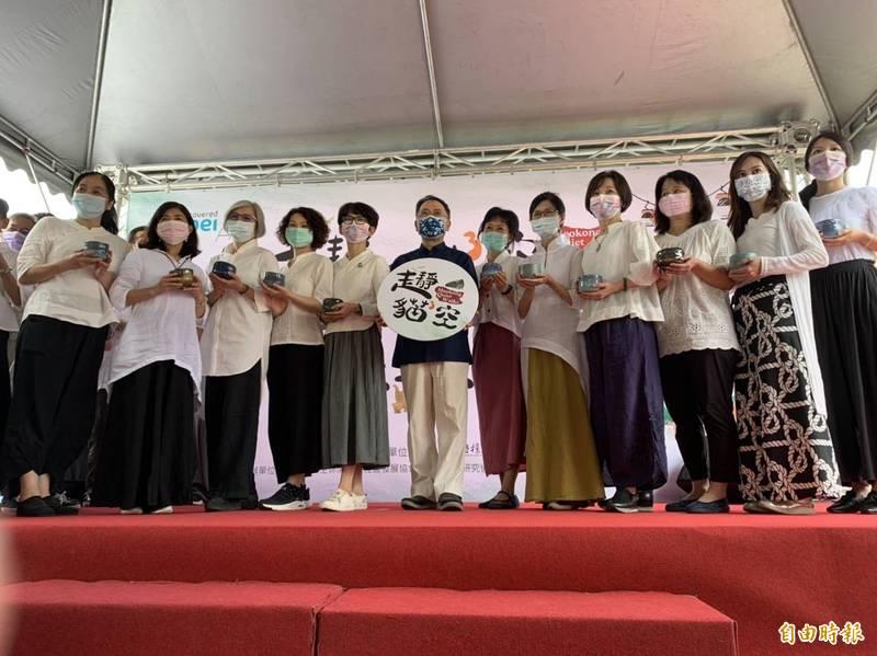 台北市副市長蔡炳坤(穿黑衣者)出席貓空茶會露天茶席活動。(記者蔡亞樺攝)
