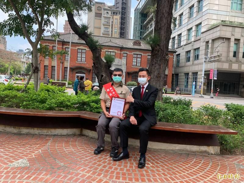 新竹市長林智堅(右)今天表揚216名模範勞工,其中獲全國模範勞工的森林守護員余智賢(左),守護山林不遺餘力。(記者洪美秀攝)