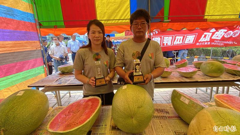 永琳農園郭茂永(右)、莊曉琳(左)夫婦包辦學甲西瓜評鑑冠、亞軍。(記者楊金城攝)
