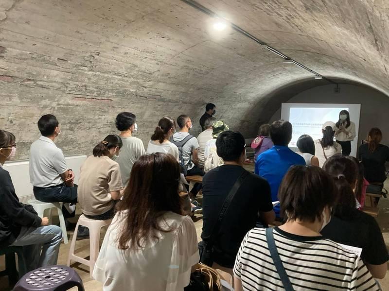 高雄市文化局副局長林尚瑛向民眾說明「文化部私有老建築保存再生計畫」今年度的受理辦法。(高雄市文化局提供)