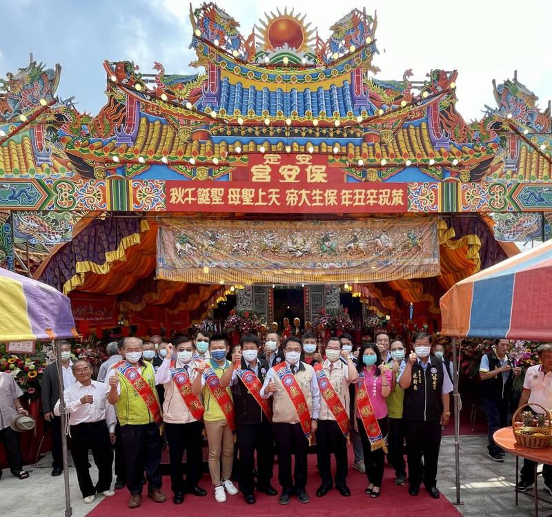 台南市長黃偉哲今早前往安定保安宮上香祈雨,下午台南山區就傳來好消息。(台南市政府提供)
