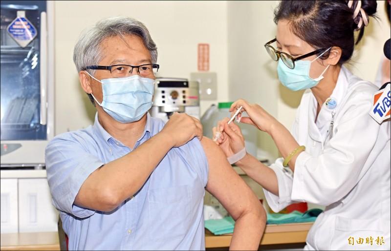 中研院院長廖俊智(左)昨前往台北聯醫忠孝院區接種AZ疫苗。(記者廖振輝攝)
