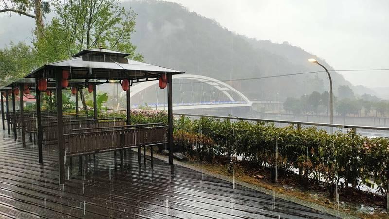 六龜寶來山區午後4、5點降下大雨。(民眾提供)