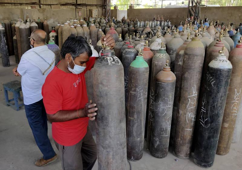 印度疫情狂飆,醫用氧氣短缺,政府宣布氧氣及相關設備進口免關稅3個月。圖為工人在氧氣供應站工作情形。(美聯社)