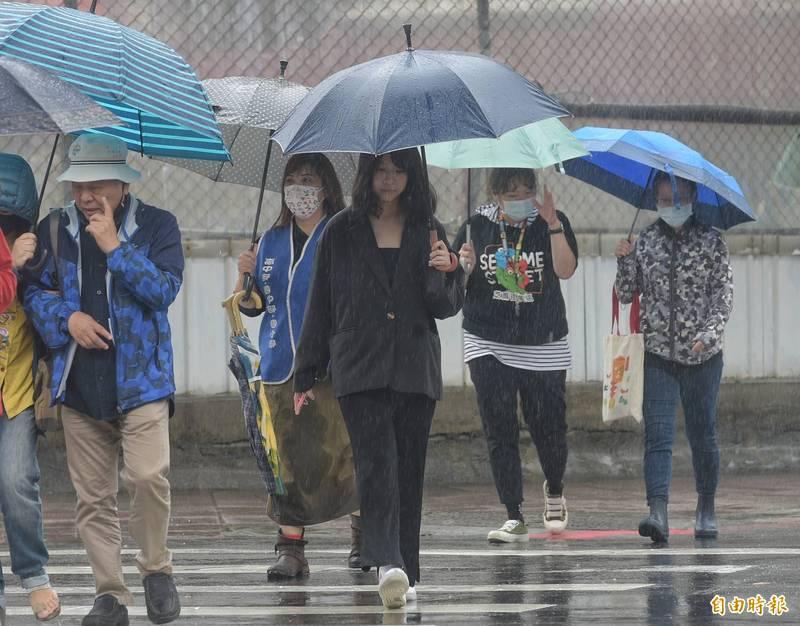 中央氣象局在今(24)日下午4點50分,針對南高屏等4縣市發布大雨特報,提醒民眾外出要攜帶雨具。(資料照)