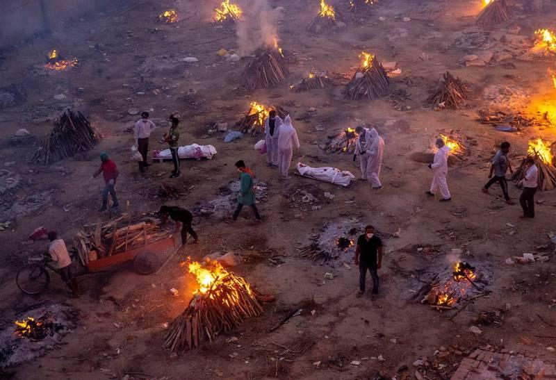印度正規與臨時在街邊設置的火葬區現日以繼夜全力運作,儼然是人間煉獄情景。(路透)