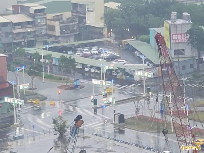 高雄市區今早出現降雨。(記者陳文嬋攝)